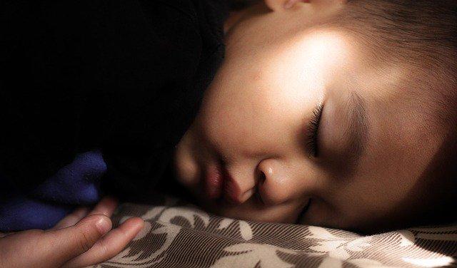 【毎日6時間の睡眠が2週間続くと、2晩徹夜したのと同じ脳の状態になる】そうです。  体調不良を感じている人は、10分でもいいので、とにかく早く寝ましょうね。睡眠は一番の薬ですよ。