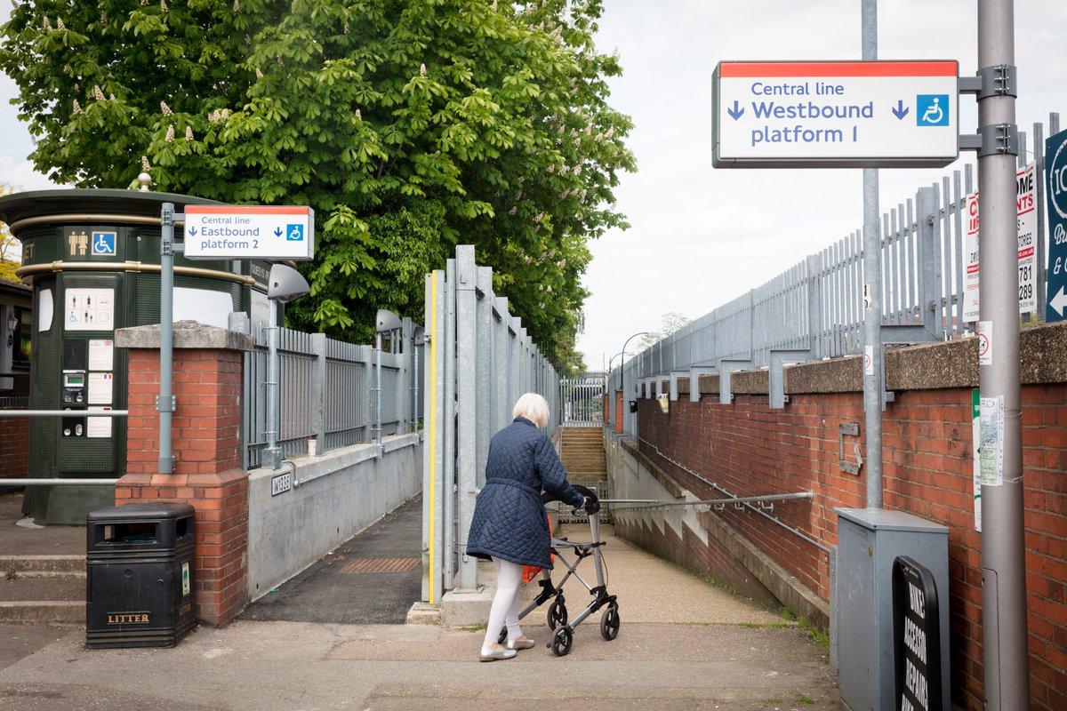 Dfj0p5GX4AAvzAz - Buckhurst Hill station - accessible or not?