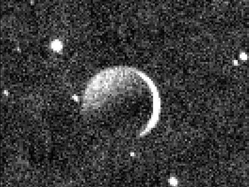... após o sobrevoo pelo planeta  Plutão), mostra  Caronte como uma  crescente (parte direita) iluminada pela luz solar refletida por Plutão  (sup. esquerda). 39fecd161a