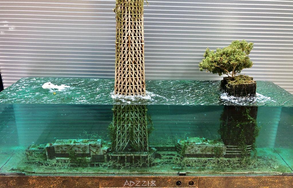 依頼品の水没スカイツリー完成しました! 以前作ったスカイツリーのジオラマ『空へと続く島』とツーショット撮影。 イメージとしては空へと続く島の50年後くらいの感じ?  詳細写真は今週末納品後にアップします。 #水没ジオラマ