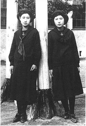 俺が以前から指摘しているんだけど「女学生のセーラー服は軍国主義の影響」とかいうの純度100%のデマだからね。  時代背景や採用の経緯、服飾の歴史を紐解けばセーラー服がどのように考案されて広まったか瞬時に分かる。 これからこの件に関してクッッッッソ長くTweetするから覚悟するがいい(続)