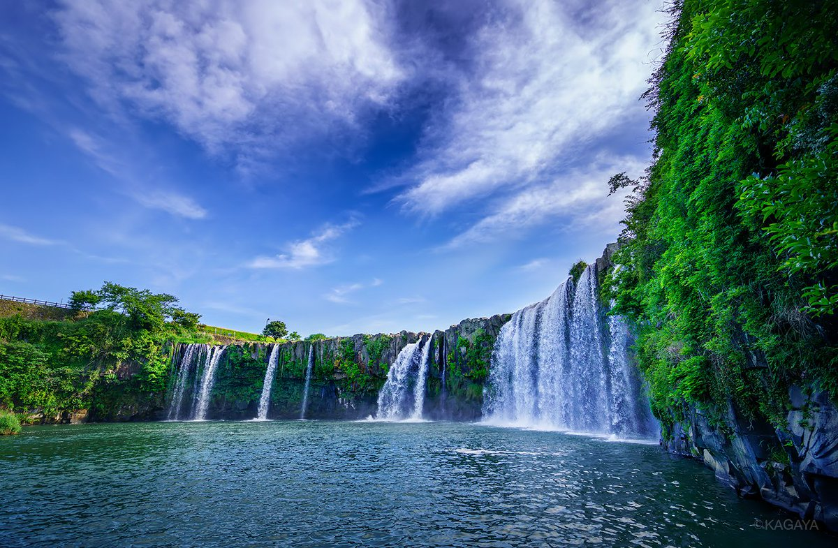 大分県の原尻の滝。 1、新緑と青空に彩られて。 2、月光に浮かび上がる滝。 3、月が沈むと滝壺の屋根が宇宙に。
