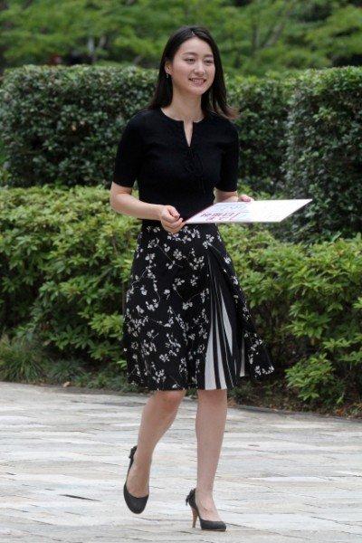 黒いトップスにスリットの入ったスカートをはいている小川彩佳のかわいい画像