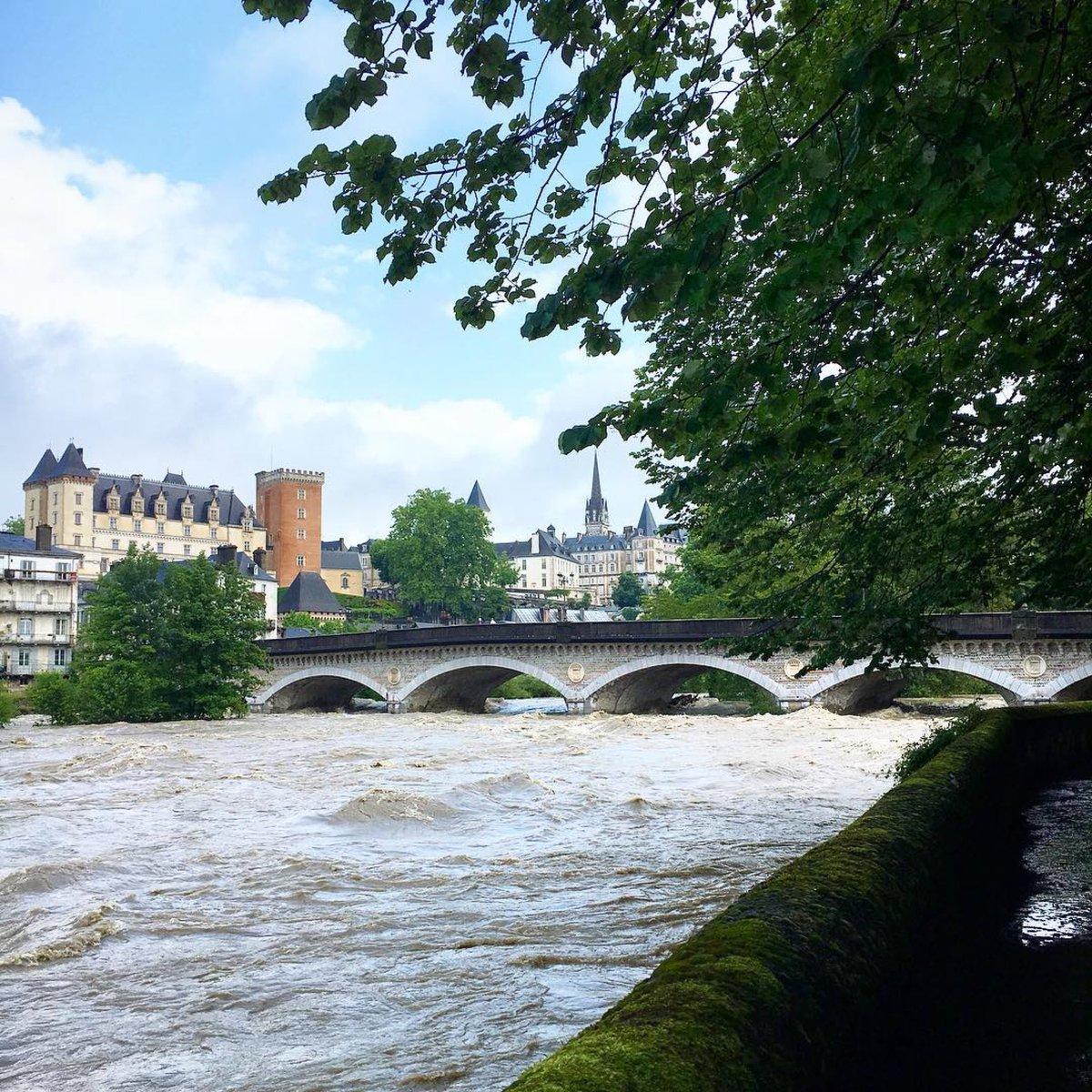 Pau ce soir, 99mm d'eau et 2,50m chiffres du jour... melleluciole #pau #bearn #pyrenees #inondations #gave #meteo64  - FestivalFocus