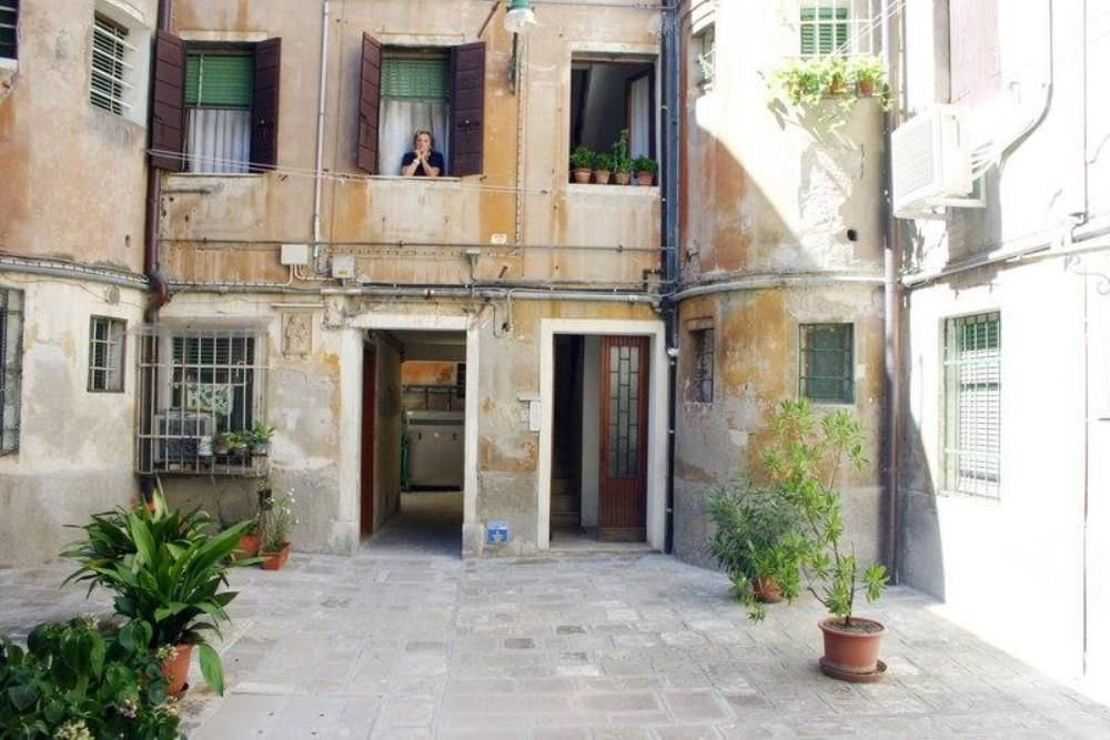 A QUIET APARTMENT TO EXPERIENCE THE REAL VENICE Nested in a nice inner courtyard, Ca Gigia apartment is located in the heart of Venice, the San Polo neighborhood. The Rialto Bridge is within walking distance. Sleeps four. homeaway.co.uk/p6400080 #travel #Italy #Venice