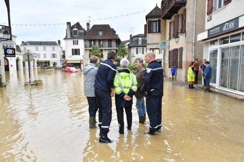 [#vigilanceOrange] #meteo64  toujours en direct de @MairieS2BEARN, visite de terrain du préfet, à la rencontre des personnes sinistrées, commerçants et particuliers  - FestivalFocus