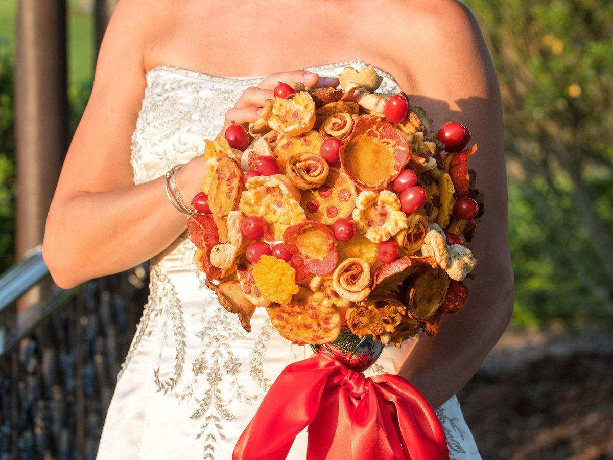 These pizza bouquets and boutonnieres are a saucy addition to any wedding: https://t.co/tGGyyqem5X