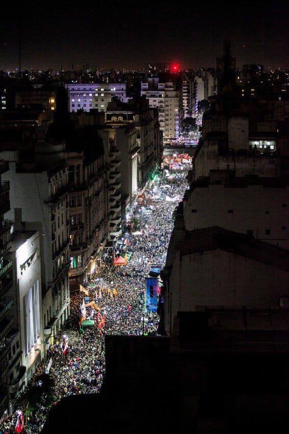 Miles y miles de pibas y pibes reclamando por un derecho. Ojalá el Congreso los escuche #QueSeaLey https://t.co/MhLhSSeMab