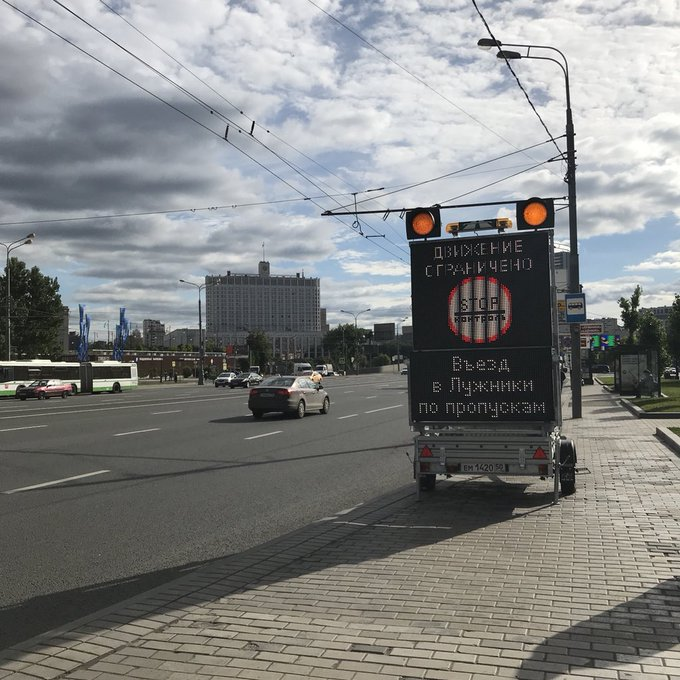Im Hintergrund das Weiße Haus, der Regierungssitz. Im Vordergrund ein Hinweis (leider nur für Fahrer, die Russisch können) über eine Straßensperrung: Wer hier entlang zum Luschniki-Stadion will, wo das Eröffnungsspiel stattfindet, braucht eine besondere Genehmigung. #wm2018 Foto