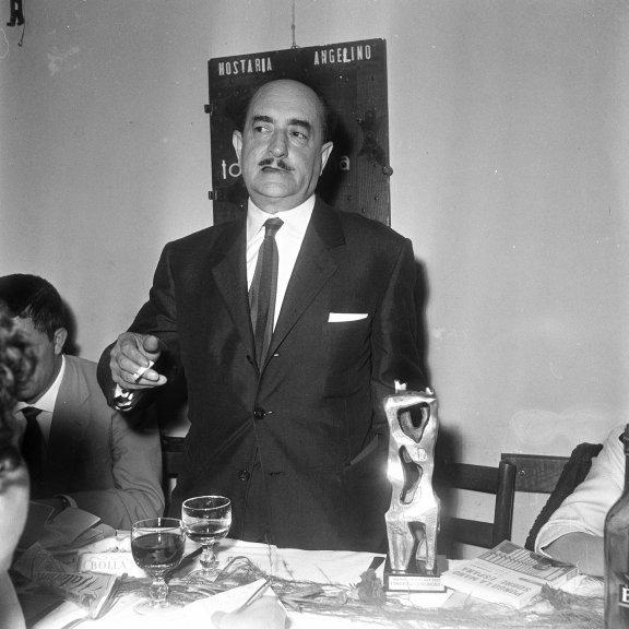 https:// www.archivioluce.com/2018/06/13/13-giugno-1968-muore-salvatore-quasimodo/ #AccadeOggi #50anni fa, il #14giugno 1968 moriva il #poeta #PremioNobel per la #Letteratura #SalvatoreQuasimodo  - Ukustom