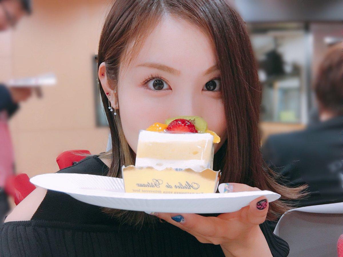 ケーキで顔を隠す戸田めぐみ