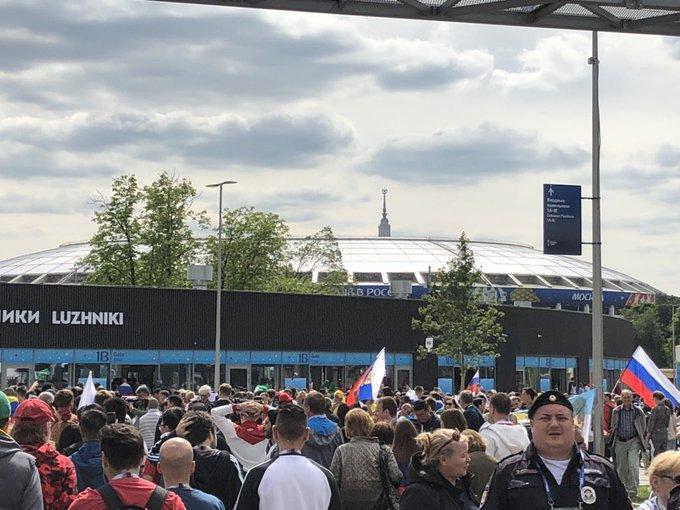 3,5 Stunden vor dem Eröffnungsspiel der #WM2018 #RUSKSA. Ganz schön was los am Luschniki-Stadion. Foto