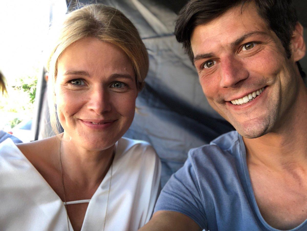 Besonders sonnige Grüße und ein RIESEN DANK gilt unserer Casterin Franziska Aigner @fa_casting!!! Danke für so wunderbare Kollegen wie @mirabartuschek und @dominicraacke!!! UND natürlich meiner wunderbaren  Agentin: @BrittaDahlmann dem Captain der @AHOIAGENCY @ZDFpic.twitter.com/z5S7ZzUd3f