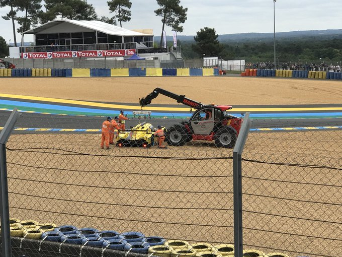 Some excellent marshaling going on right there. Thanks lads. #LeMans24 Photo