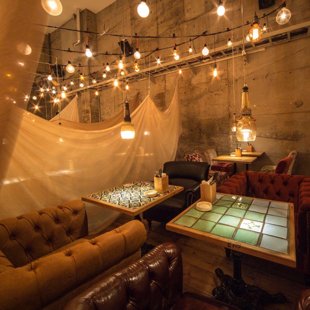 東京で最も美しいカフェは「アンドピープル銀座店」。天井がプラネタリウムになっていて美しい夜空の景色を見ながら、食事が楽しめる。夜の食事におススメです。静かな暗めの場所で、リラックスのためのカフェ。幻想的で美しい。