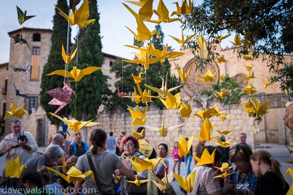 People gather in Placa Octavia to make 1000 yellow origami cranes - to call for release of Catalan political prisoner &amp; #SantCugat resident @raulromeva -  @FreeRomeva #FreeRomeva #LlibertatPresosPolítics #retornExiliats #catalonia<br>http://pic.twitter.com/0HANyL8KYF