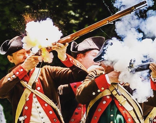Another awesome picture of the soldiers from the 2nd Mass in a engagement! #revolutionarywar #reenactment #revwar https://t.co/Ac95ZKVpnL