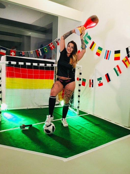 JA, JA, JAAAA @Wild_Vickyhh ist Weltmeister im Männer verwöhnen; jetzt #live @Babestation24 im TV 📺 und im Web 💻unter Foto