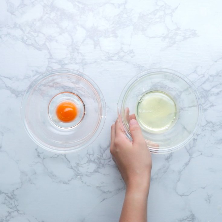 ⭐️作り方 1. 卵は卵白と卵黄に分ける。卵白に砂糖の半量を加えて、ツノが立つまでハンドミキサーで泡立てる。
