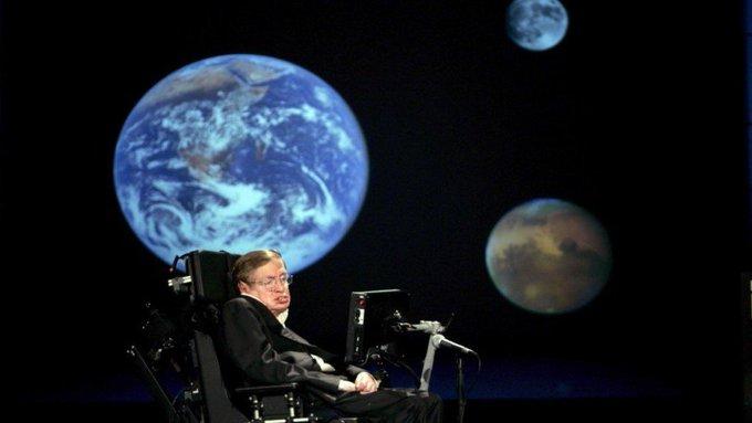 Beerdigung drei Monate nach seinem Tod : Fünf TV-Momente, die Stephen Hawking unsterblich machen – 写真