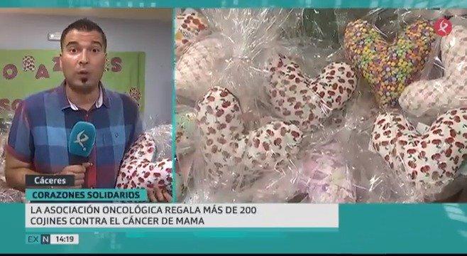 """💕Cojines con forma de corazón para apoyar a las mujeres con cáncer de mama, es la iniciativa que """"Corazones Solidarios"""" brinda un año más. Este proyecto surgió de EEUU y llega hasta #Cáceres #EXN https://t.co/xLSxOsLN0e"""