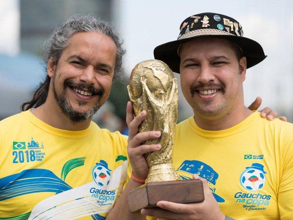 [#CM2018] Les fils de Clovis Fernandes, fervent supporter emblématique du Brésil 🇧🇷 présent sur toutes les Coupes du monde de 1990 à 2014 et décédé en 2015, ont pris la relève de leur père. 🔥#transmission