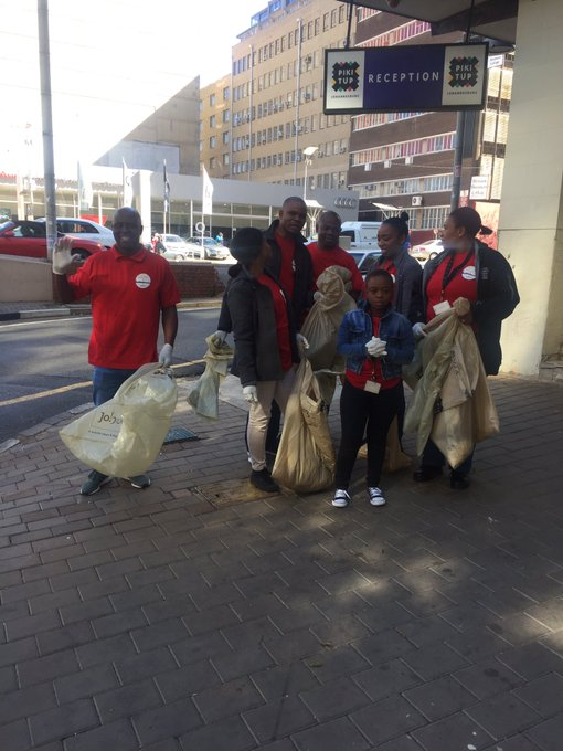 Pikitup staff memeber putting shoulders to wheel and joined efforts from CoJ staff members to clean the city 🌃 of Joburg @CityofJoburgZA @aresebetseng Photo