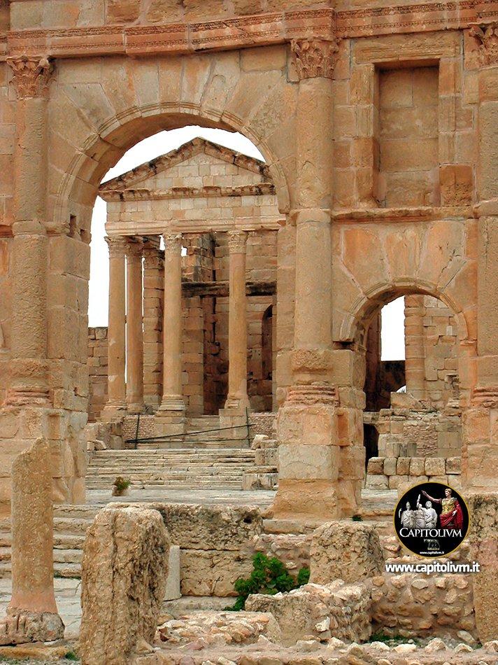 Le imponenti rovine allentrata del foro dellantica Sufetula romana, oggi Sbeitla in #Tunisia. #AncientRome #AnticaRoma #RomaAntica capitolivm.it