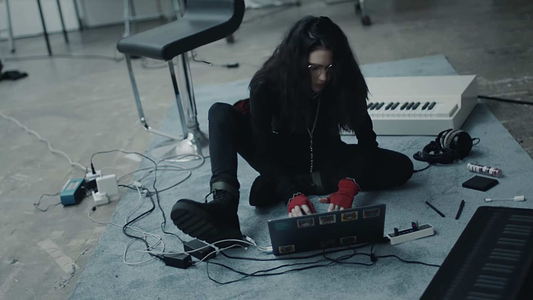 """Grimes stars in Mac ad featuring new song """"that's what the drugs are for"""" (watch) https://t.co/XTSAi1KAPJ https://t.co/RAPIHRlWEJ"""