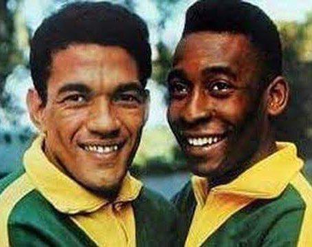 Dupla dos Sonhos! Há 60 anos, Mané Garrincha e Pelé atuavam juntos pela primeira vez em uma Copa do Mundo, na vitória por 2 a 0, sobre a União Soviética. O resto é história.... 🏆