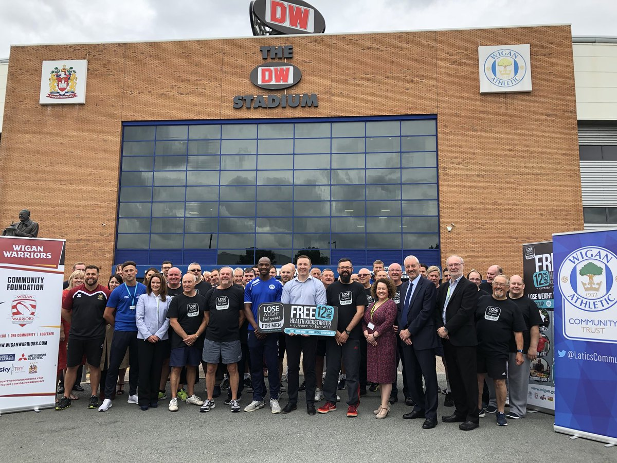 🏃🏽‍♂️ @LaticsCommunity & @WiganWarriorsRL have joined forces to defeat male obesity by launching a new weight management programme today at DW Stadium. ⭐️ @EmmersonBoyce & @krisradlinski1 attended and took part in a training session with participants 👍 #MensHealthWeek