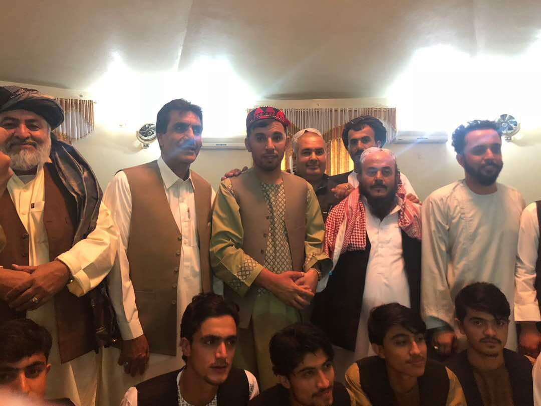 #AFG reports are circulating in Twitter that G Raziq met with TB leaders during Eid prayers in Kandahar. Just spoke to the good General, he said there were no Taliban praying with him today, only tribals chiefs and KDR leaders as shown below