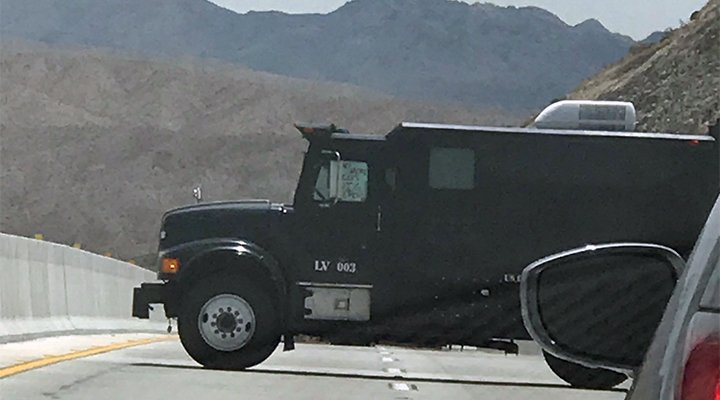 #UPDATE: In a photo sent to 8 News NOW from Keith Aronson, the suspect has notes taped to the window of the vehicle he's barricaded in. One note says 'Mr. President release the reports,' according to a passerby. #HooverDam #8NN
