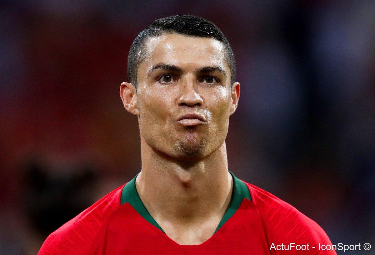 Cristiano Ronaldo est devenu le joueur le plus âgé (33 ans et 4 mois) de l'histoire à inscrire au moins 3 buts pendant un match en Coupe du Monde 🇵🇹 (Opta)