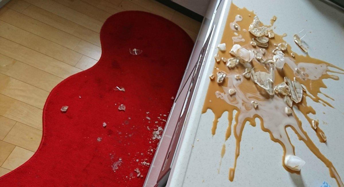 私、魔女のキキ!こっちはアイスカフェオレ作ったら温度差でグラスが爆発し赤いキッチンマット効果も加えて凄惨な事件現場みたいになった台所!