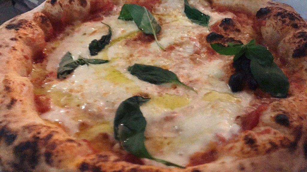 Puzza di #pizza  a #sarzana  , abbiamo provato a farla puzzare ancor di più ma non ci siamo riusciti  - Ukustom