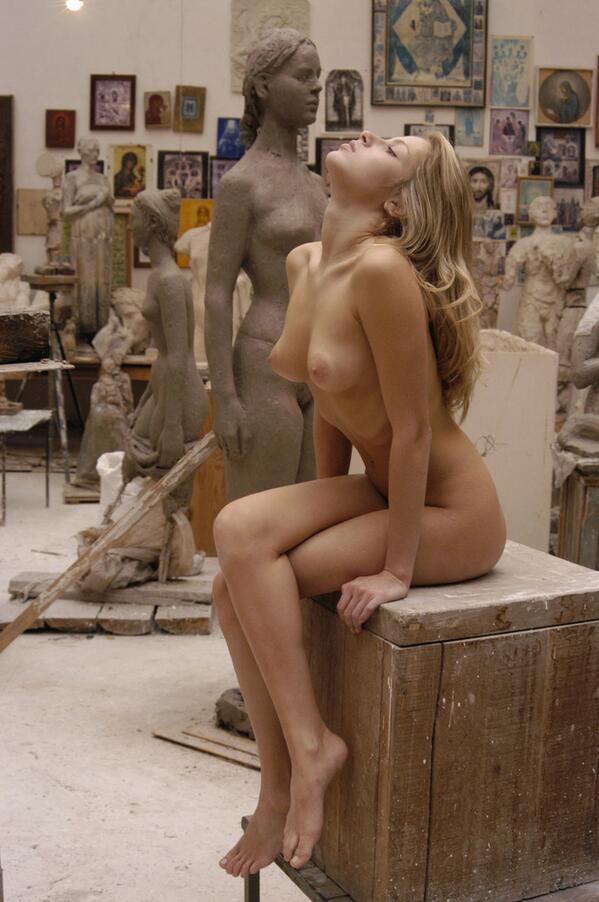 Художницам позируют голые мужчины а за ними наблюдают, видео скрытой камерой мастурбации девушек
