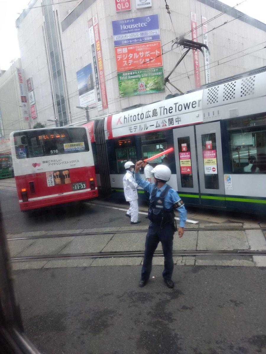 八丁堀交差点で路面電車とバスの接触事故の現場画像