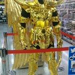 まさかヨドバシカメラに?聖闘士星矢のゴールドクロスが展示されている!