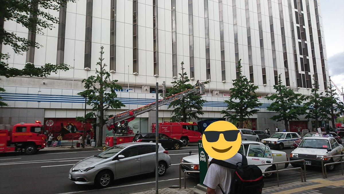 爆発が発生した札幌駅のESTA JRタワー「ビックカメラ札幌店」に緊急車両が集まっている写真画像