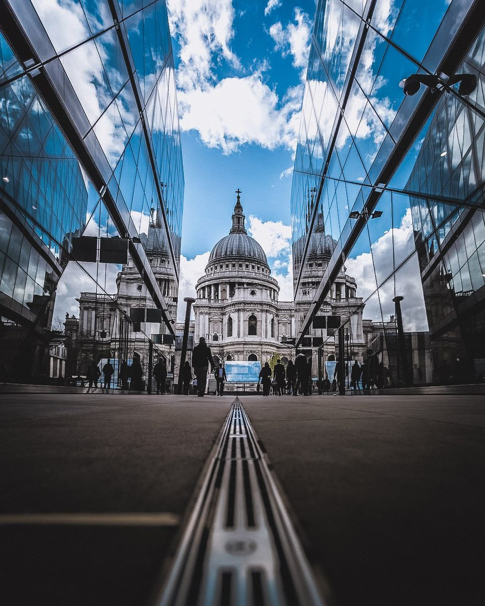 """Exploring London and we found Paul 🕍 😋 Have an awesome weekend 😎 """"Challenges are what make life interesting and overcoming them is what makes life meaningful."""" Q of the Day by Joshua J. Marine. Let me know what you think in the comments below 👇⬇️👇"""