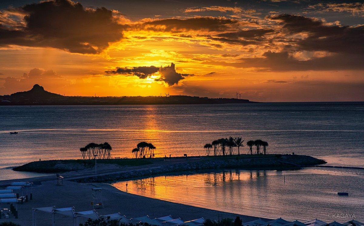 本日撮影したエメラルドビーチ(沖縄本島) 1、金色の夕日に染まる 2、渚から金星へ続く道 今週もお疲れさまでした。おだやかな週末になりますように。