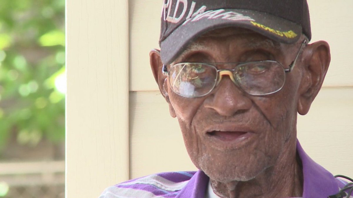 Thieves drain bank account of #Austin's Richard Overton, 112-year-old WWII veteran and oldest man in the US https://t.co/t6wZ1Ncevb