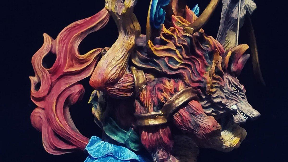 愛染明王【赤狼】愛情や恋愛の守護者。3つの目と六本の腕をもち憤怒の相をとる。安産のご利益もある事から、多産で安産の象徴である犬繋がりの狼をモチーフに製作しました。この赤色バージョンは幻獣神話展で公開予定です。
