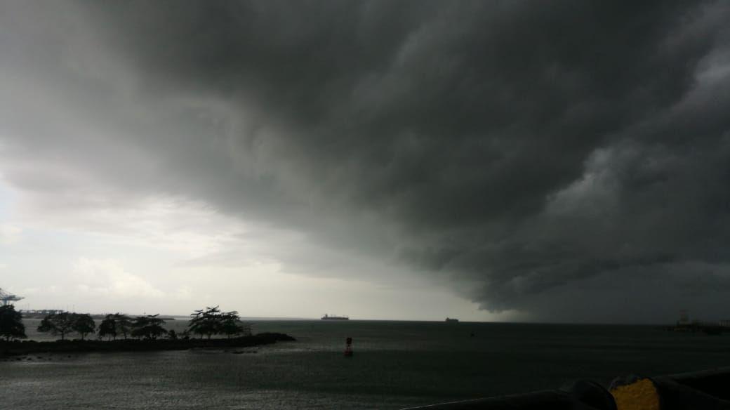 Enorme nube provocó fuertes vientos que destecharon casas y botaron árboles en el centro de Limón http://ow.ly/2rOv30kJGc3