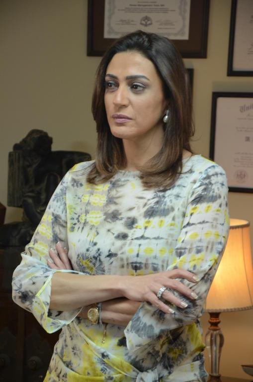 والدتها فنانة خليجية معروفة ووالدها مخرج لقطات من حياة وفاء صادق