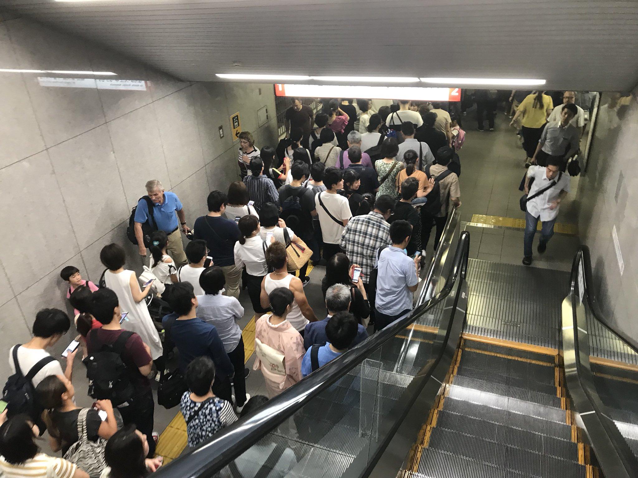 画像,御堂筋線止まってるお陰で淀屋橋から難波まで歩くことにしました。京阪も遅延してるし土日ヤベェなこれ.#京阪  #御堂筋線 https://t.co/yjuhE3U…