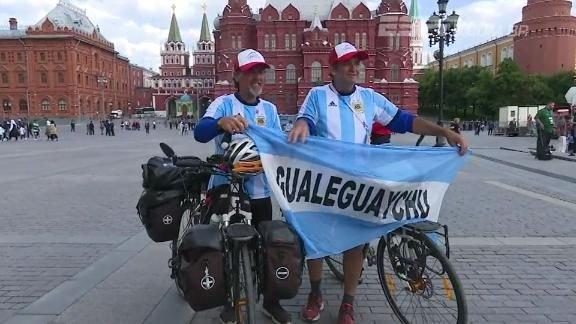 43a548a286 Dupla de torcedores da Argentina viaja a Europa da bicicleta para ver a  Copa na Rússia