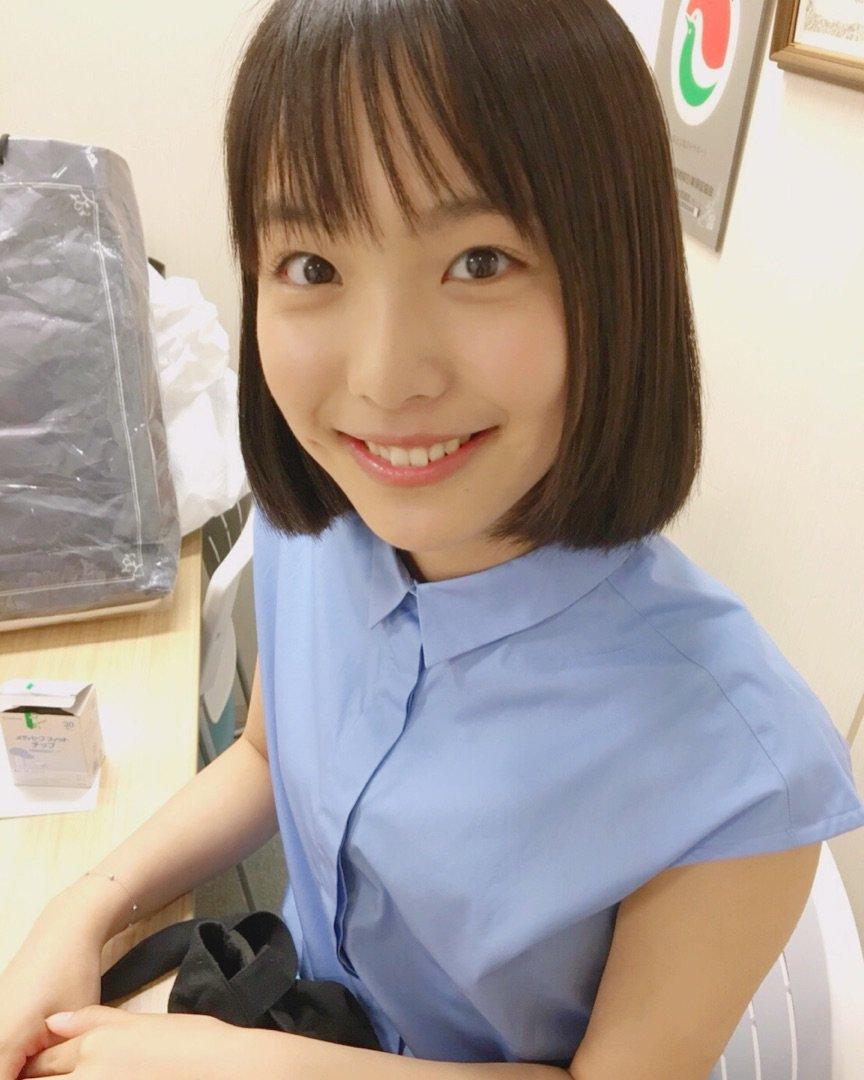 薄い青色の服を着た駒井蓮