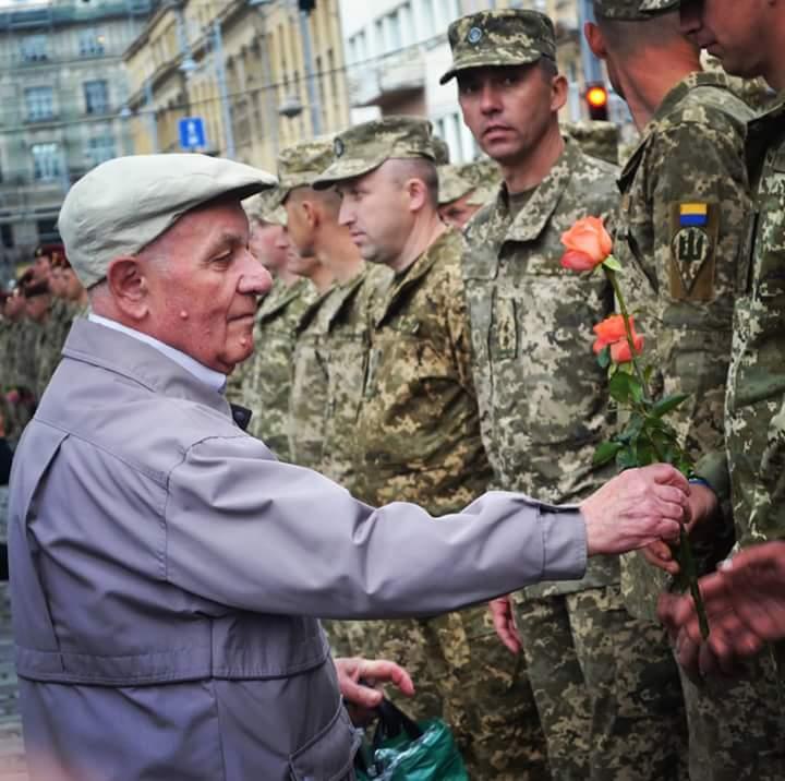 Десантники 80-ї ОДШБ урочисто пройшлися вулицями Львова після повернення з Донбасу - Цензор.НЕТ 780